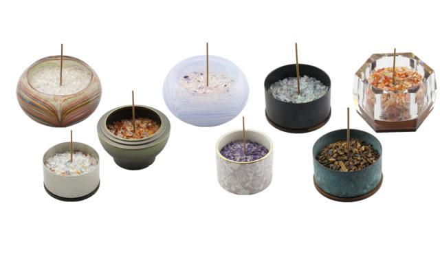 香炉石を色々な種類の香炉に入れたイメージ画像