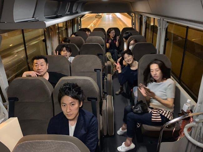 旅行中のバス内